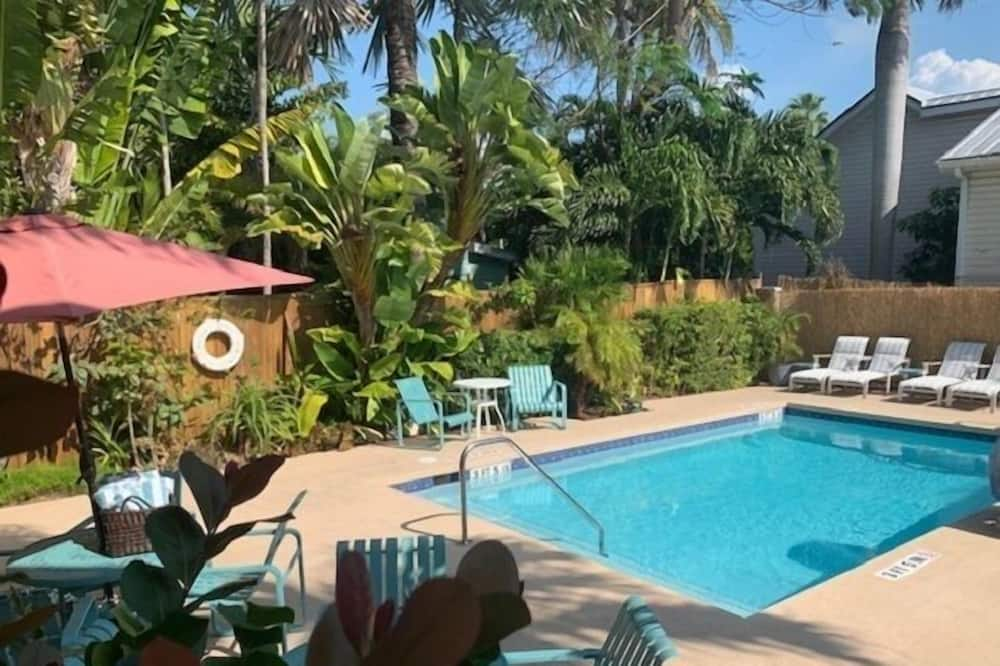 Poolside King - Adult Exclusive - Pool