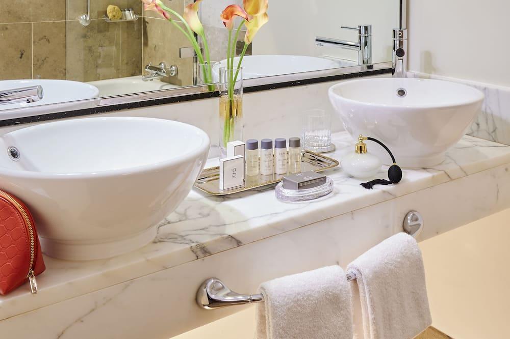 Superior King Room - Bathroom