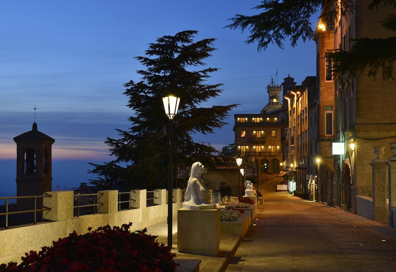 Hotel Titano, ซานมาริโน, ด้านหน้าของโรงแรม - ช่วงเย็น/กลางคืน