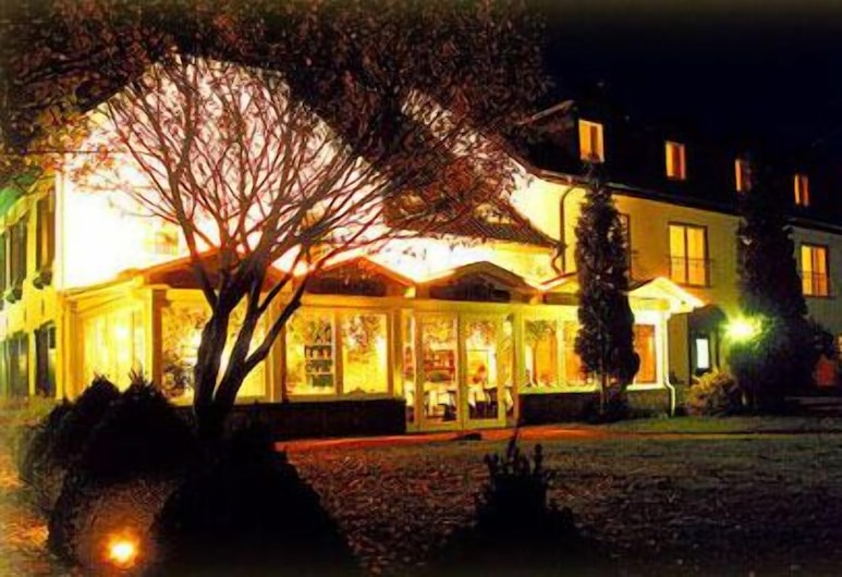 โรงแรมและร้านอาหารออยโรโฮฟ, ดูสบูร์ก, ด้านหน้าของโรงแรม - ช่วงเย็น/กลางคืน