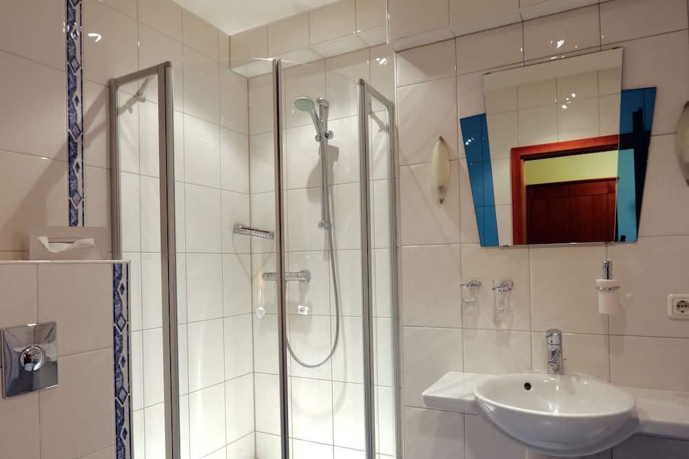 غرفة مزدوجة مريحة للاستخدام الفردي - حوض الحمام