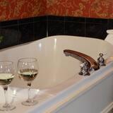 Vault Suite - Deep Soaking Bathtub