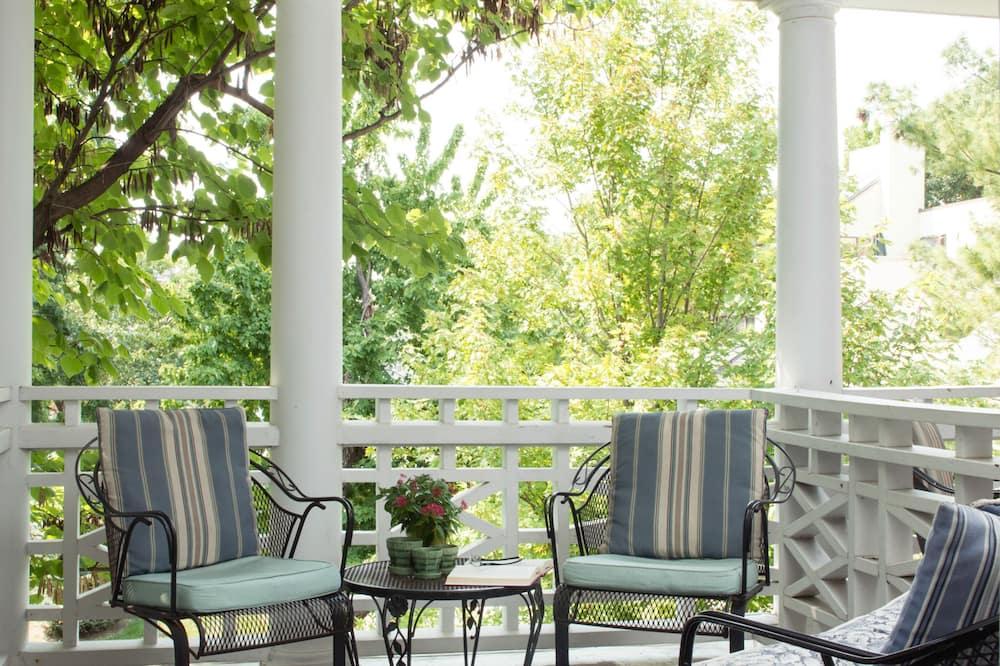 King Bed Deck (Kathryn Winstead) - Balcony
