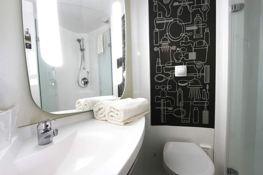 Familie-dobbeltværelse - flere senge (2 adults and 1 child) - Badeværelse
