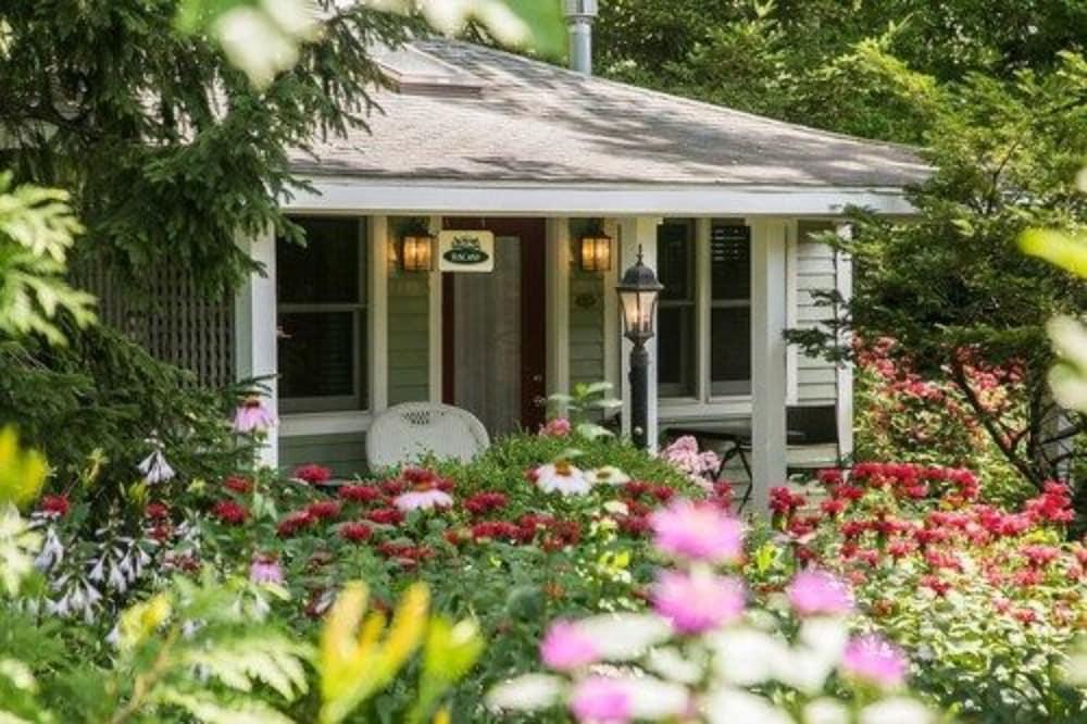 hidden garden cottages suites saugatuck - Hidden Garden
