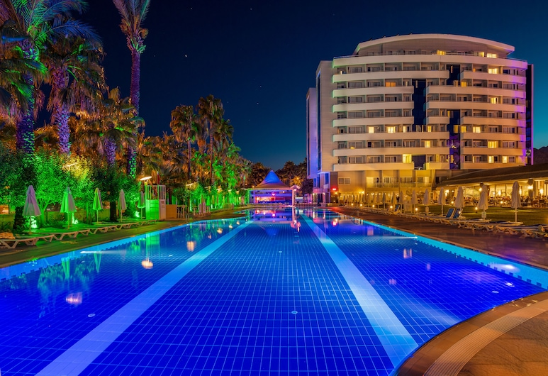 Porto Bello Hotel Resort & Spa, Konyaaltı, Hotelfassade am Abend/bei Nacht