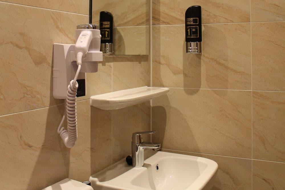 Szoba kétszemélyes ággyal, kilátás nélkül (small) - Fürdőszoba