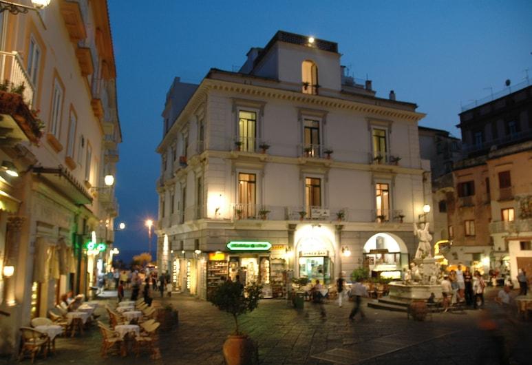 Hotel Fontana, Amalfi, Viešbučio fasadas vakare / naktį