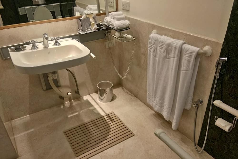 Pagerinto tipo kambarys, 1 didelė dvigulė lova, su patogumais neįgaliesiems - Vonios kambarys