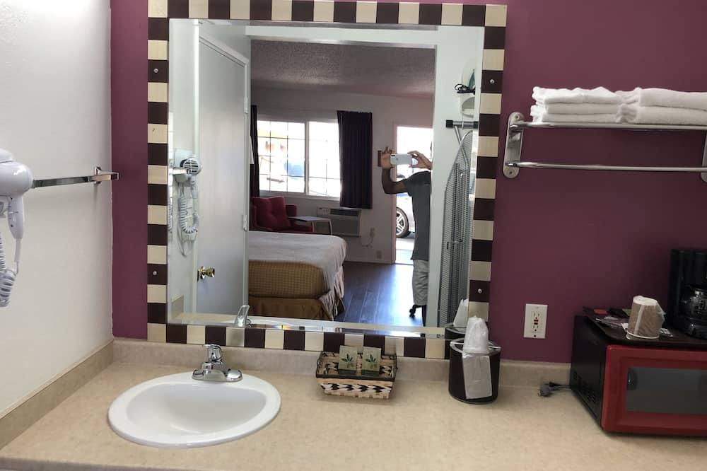 Værelse - 2 queensize-senge - Badeværelse
