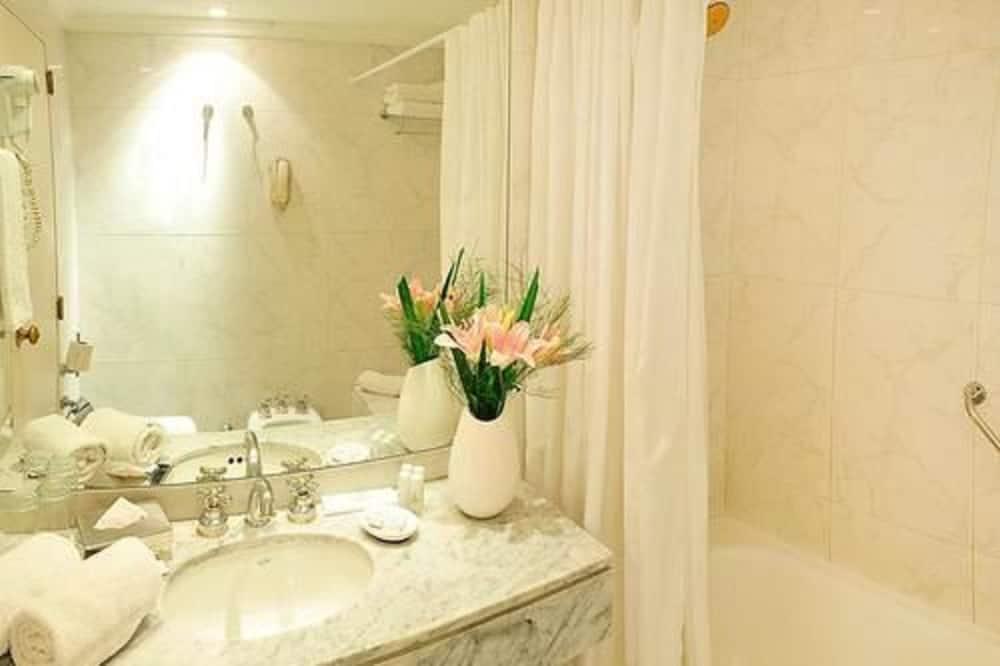 套房, 1 張加大雙人床 - 浴室洗手台