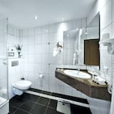 Pokoj typu Deluxe, dvojlůžko (200 cm) a rozkládací pohovka, s výhledem do dvora (with Sofabed) - Koupelna