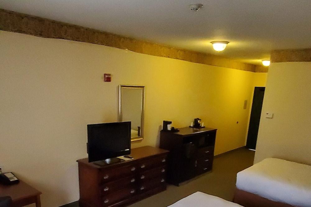 Room, 2 Queen Beds, Accessible, Non Smoking - Living Area