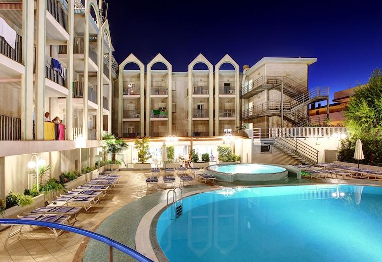 Hotel Palace, לינאנו סאביאדורו, בריכה