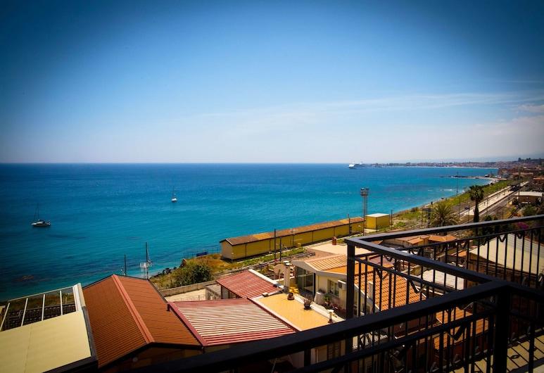 โรงแรมโกราลโล, ทาโอร์มินา, ห้องดับเบิล, ระเบียง, วิวทะเล, ห้องพัก