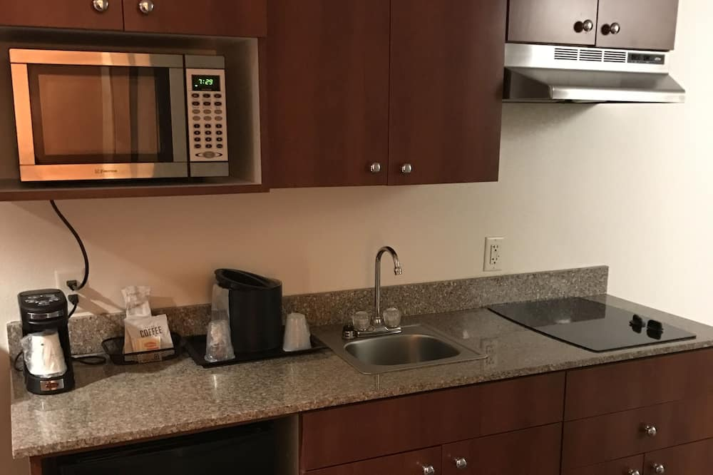 Deluxe Suite, 1 Bedroom, Non Smoking (1 King Bed) - Shared kitchen