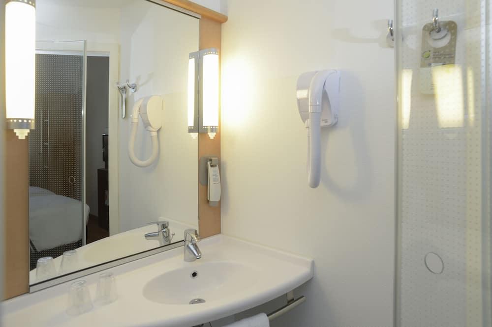 Tek Büyük Yataklı Oda, 2 Çift Kişilik Yatak - Banyo Lavabosu