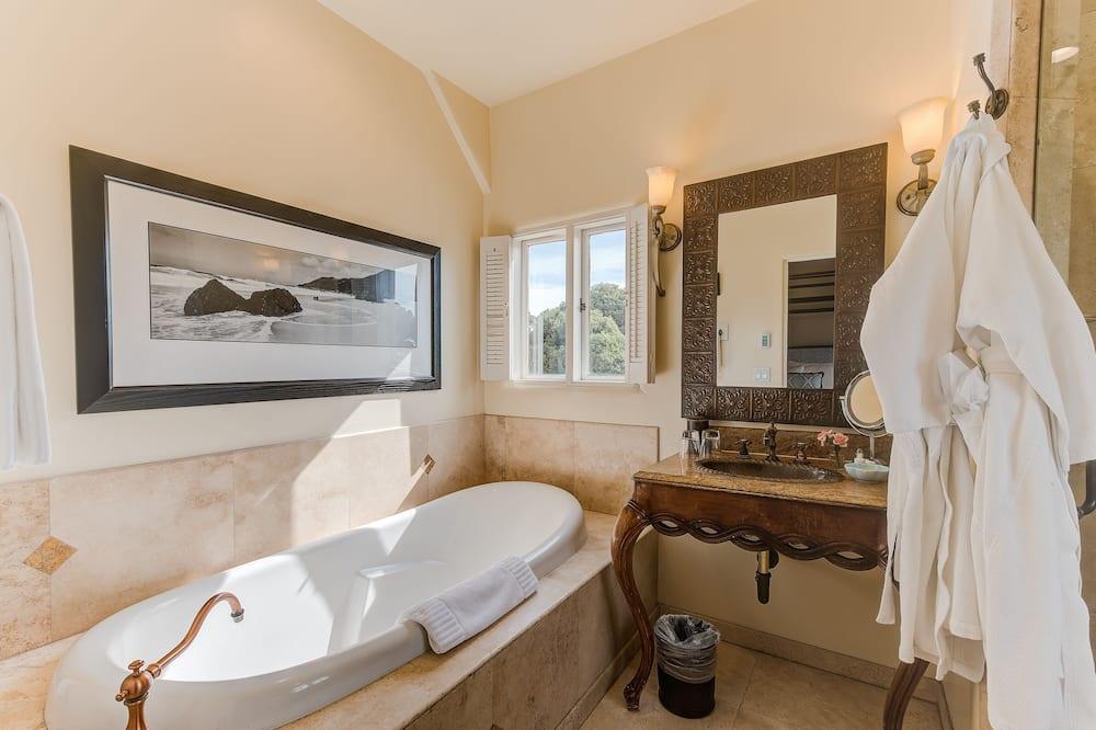 Standard Room, 1 King Bed, Courtyard Area - Bathroom