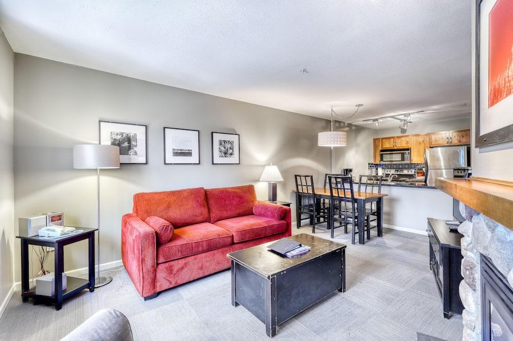 Suite, 1 Bedroom (Unit 302) - Living Area