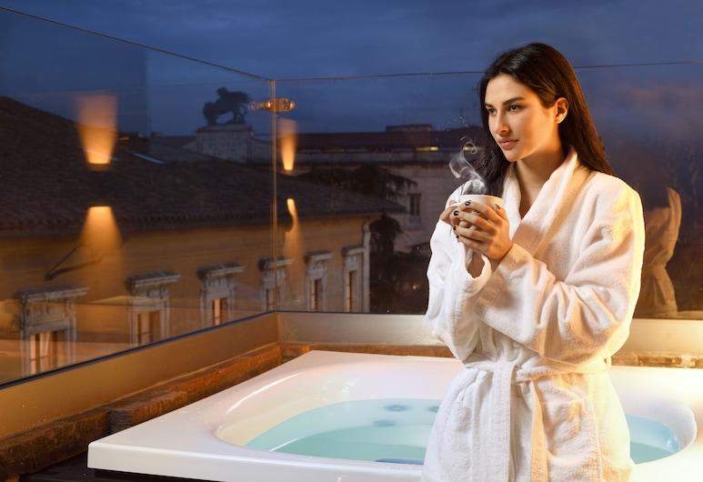 Locanda della Posta Boutique Hotel, Perugia, Pokój dwuosobowy typu Deluxe, jacuzzi, Z widokiem na miasto