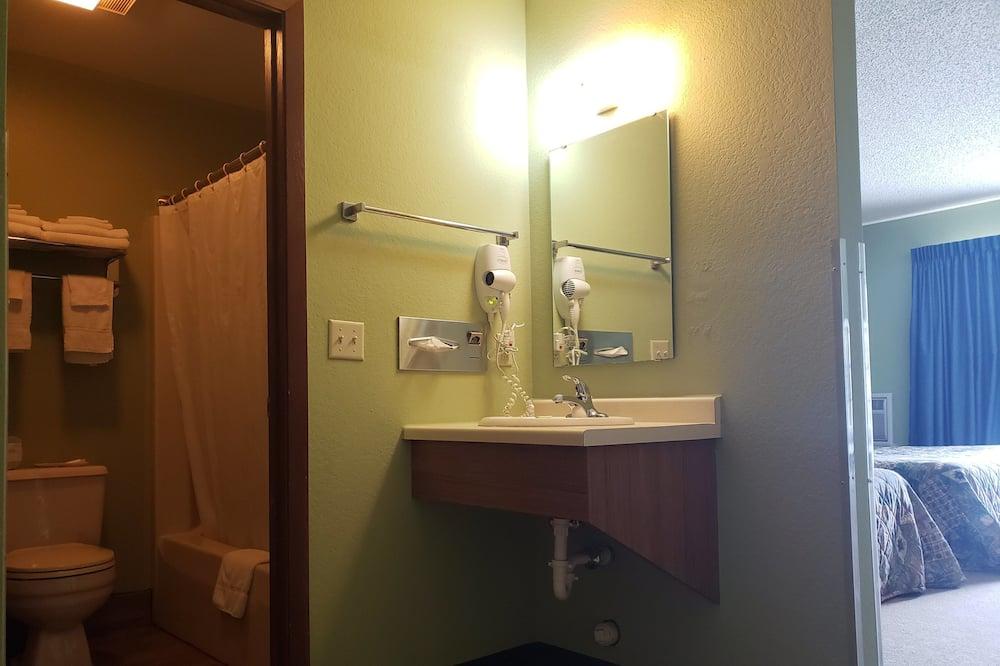 Izba typu Deluxe, 2 veľké dvojlôžka, terasa - Kúpeľňa