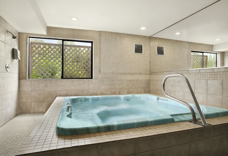 Days Inn by Wyndham Kent 84th Ave, Kent, Bathtub Spa Dalam Ruangan