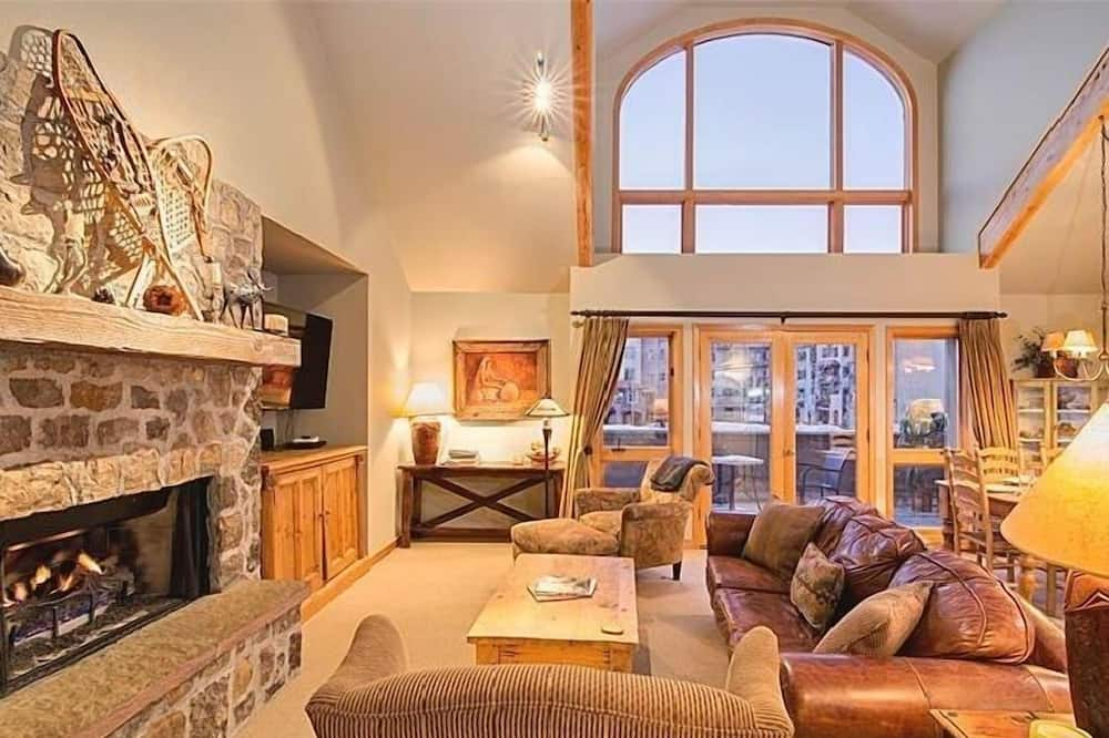 Condo, 3 Bedrooms (Gold - F) - Living Room