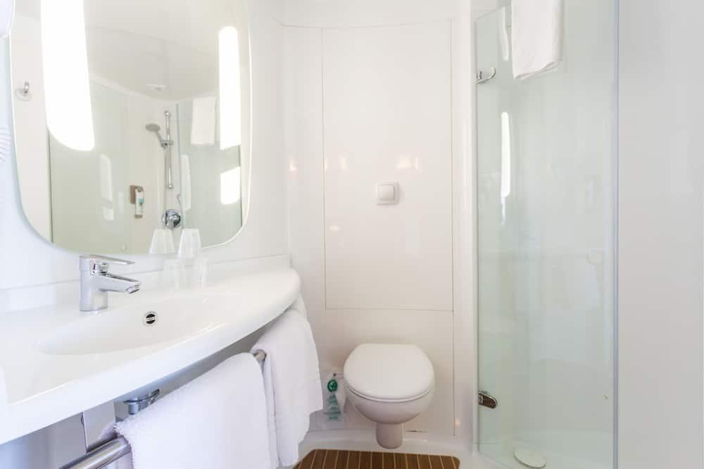 Standard-Doppelzimmer, Mehrere Betten - Badezimmer