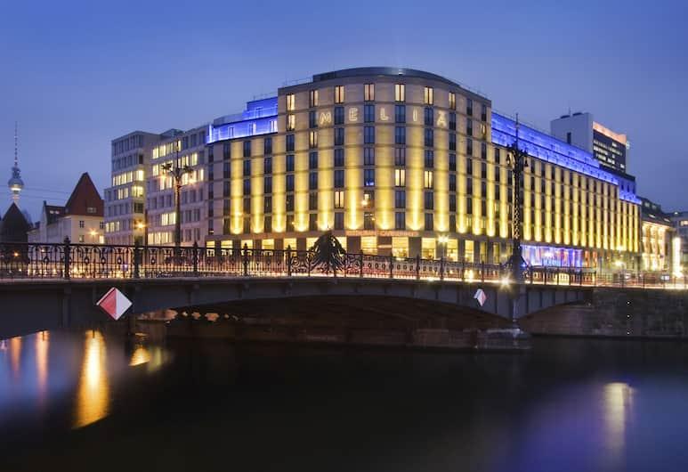 Melia Berlin, Berlīne, Viesnīcas priekšskats vakarā/naktī