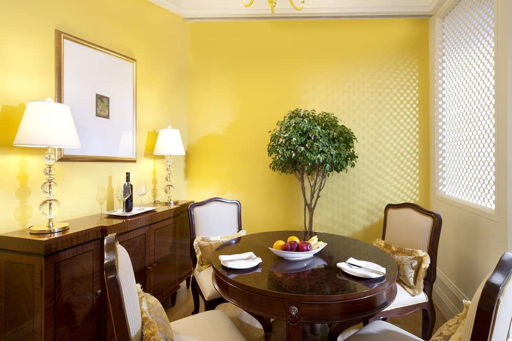 Executive Suite, 1 King Bed, Business Lounge Access, City View - In-Room Dining