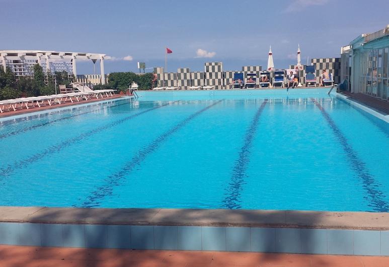 โรงแรมแปร์ติการี, เปซาโร, สระว่ายน้ำกลางแจ้ง