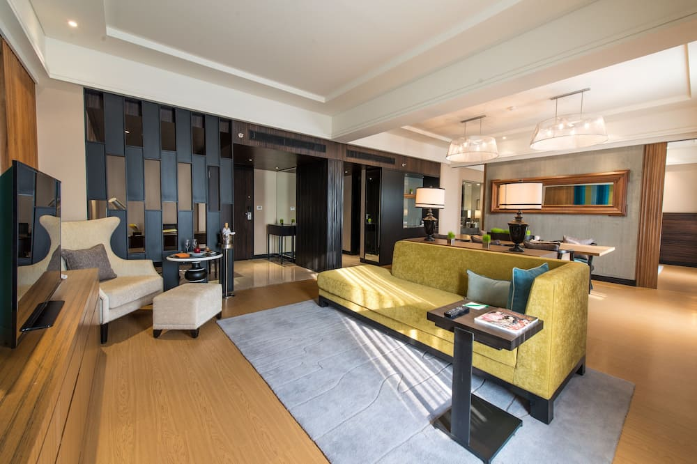 Executive Suite with 2 way airport transfers, happy hours and 24 hrs check out - אזור מגורים