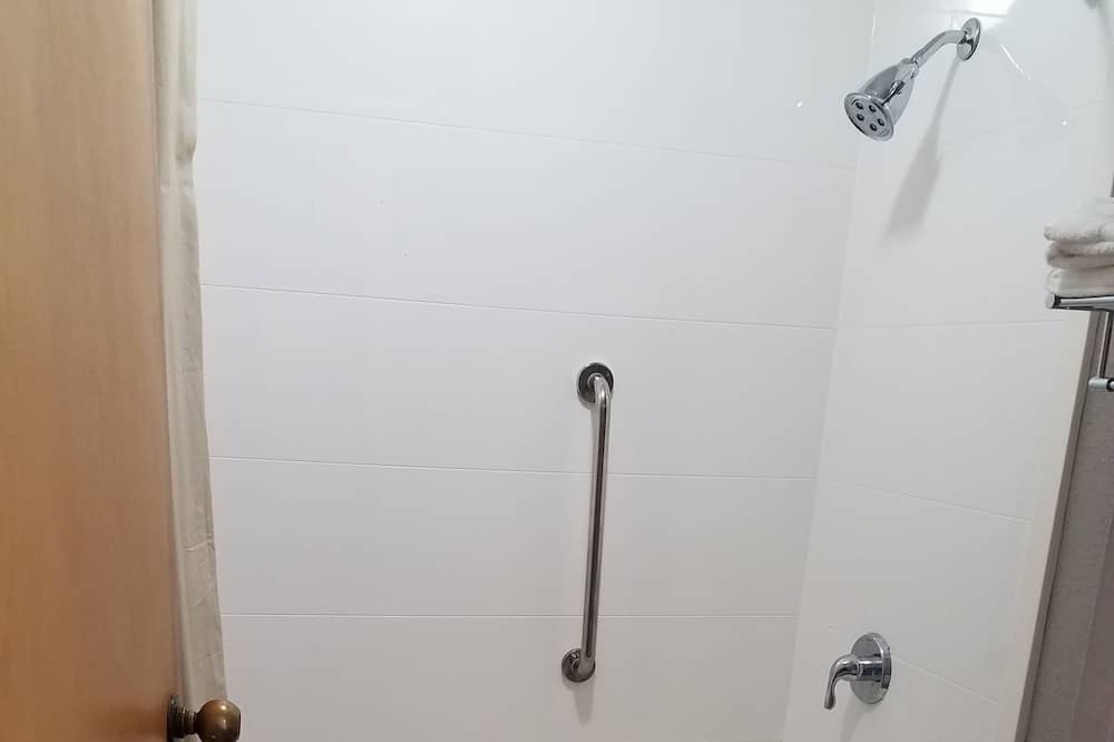 Standard Room, 2 Queen Beds, Smoking - Bathroom