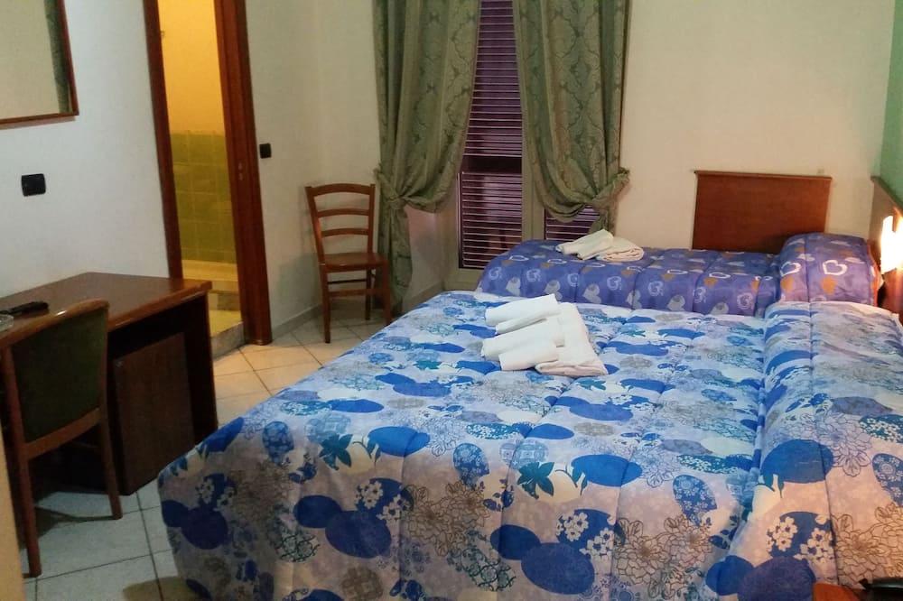 Dreibettzimmer - Essbereich im Zimmer