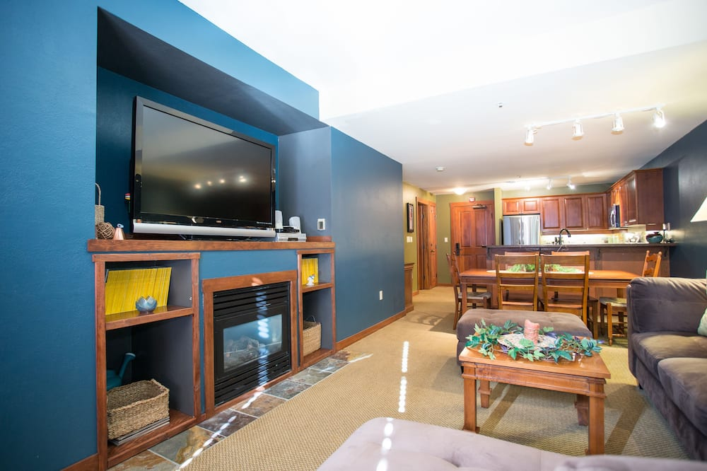 One-bedroom condo with den - Living Area