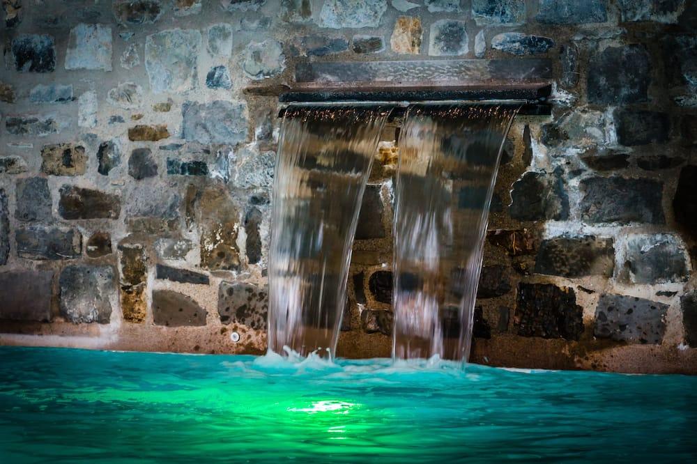 Thác nước trong hồ bơi