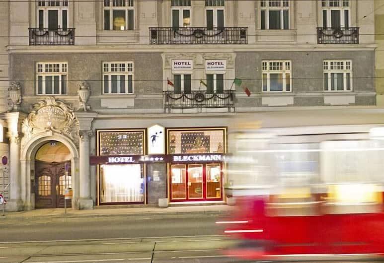 Hotel-Pension Bleckmann, Wiedeń, Fasada hotelu — wieczorem/nocą