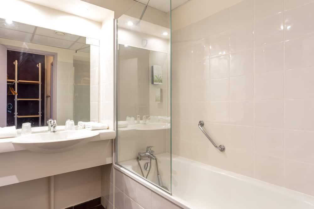 Trokrevetna soba - Tuš u kupaonici