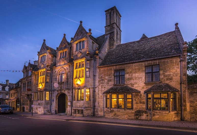 The Talbot Hotel, Peterborough, Viešbučio fasadas vakare / naktį