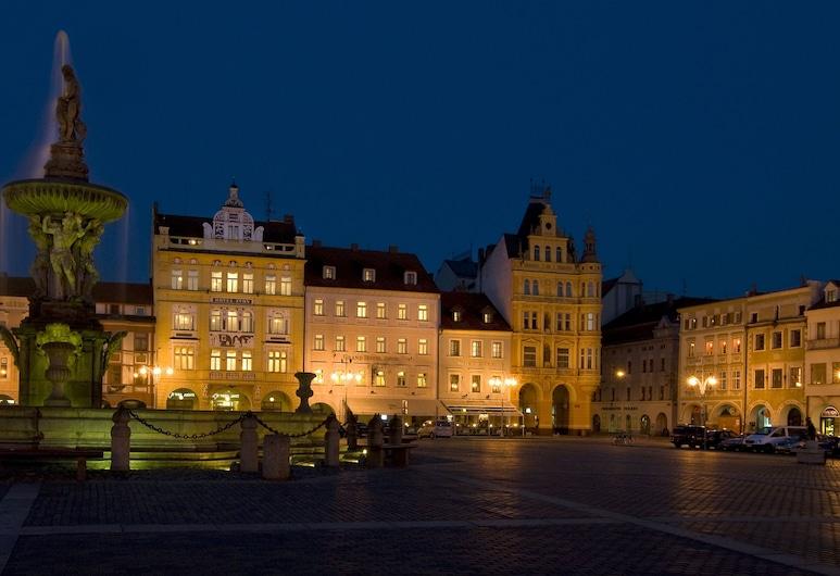 Grandhotel Zvon, Budweis, Hotelfassade am Abend/bei Nacht