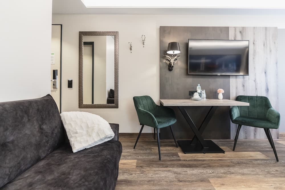 Business Quadruple Room - Living Area