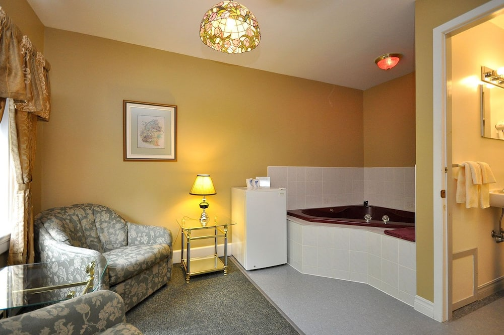 Premium Suite, 1 King Bed, Jetted Tub, Garden View - Living Area