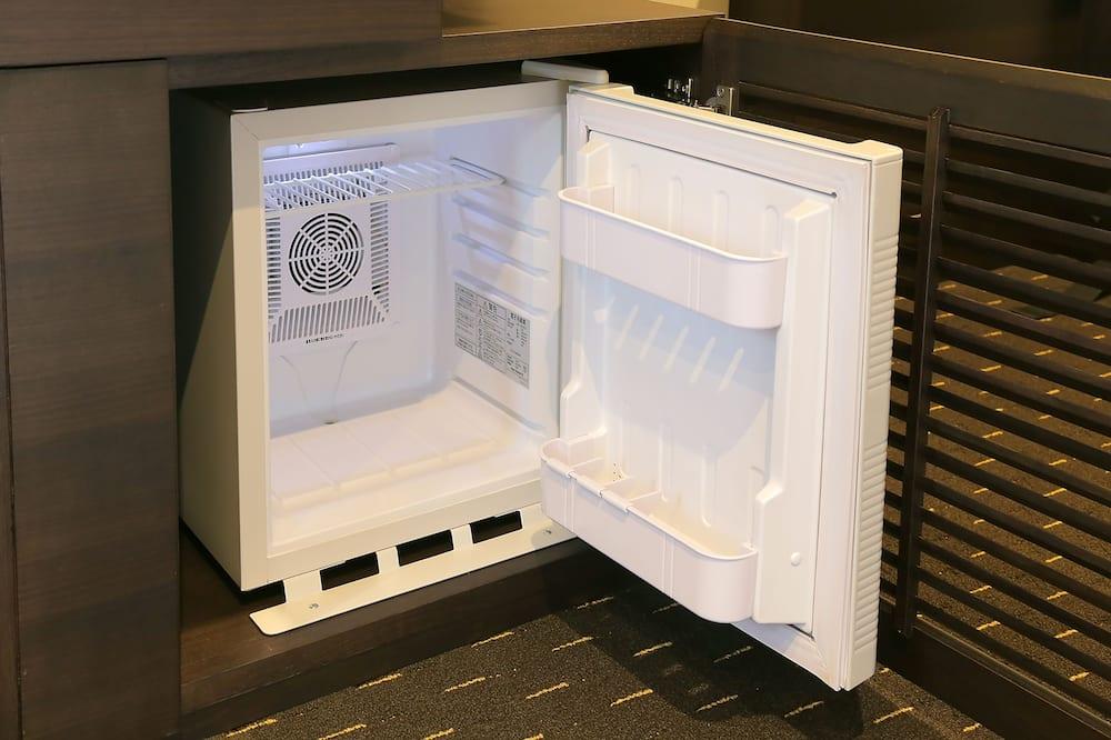 ห้องอีโคโนมีดับเบิล, เตียงเดี่ยวขนาดใหญ่ 1 เตียง, สูบบุหรี่ได้ (Non Refundable) - ตู้เย็นขนาดเล็ก