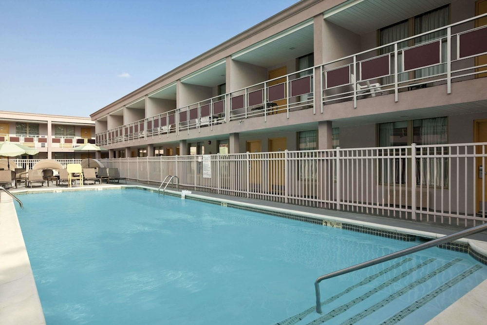 Ramada By Wyndham Rockville Centre Pool