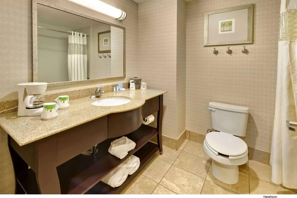 Oda, 2 Büyük (Queen) Boy Yatak - Banyo