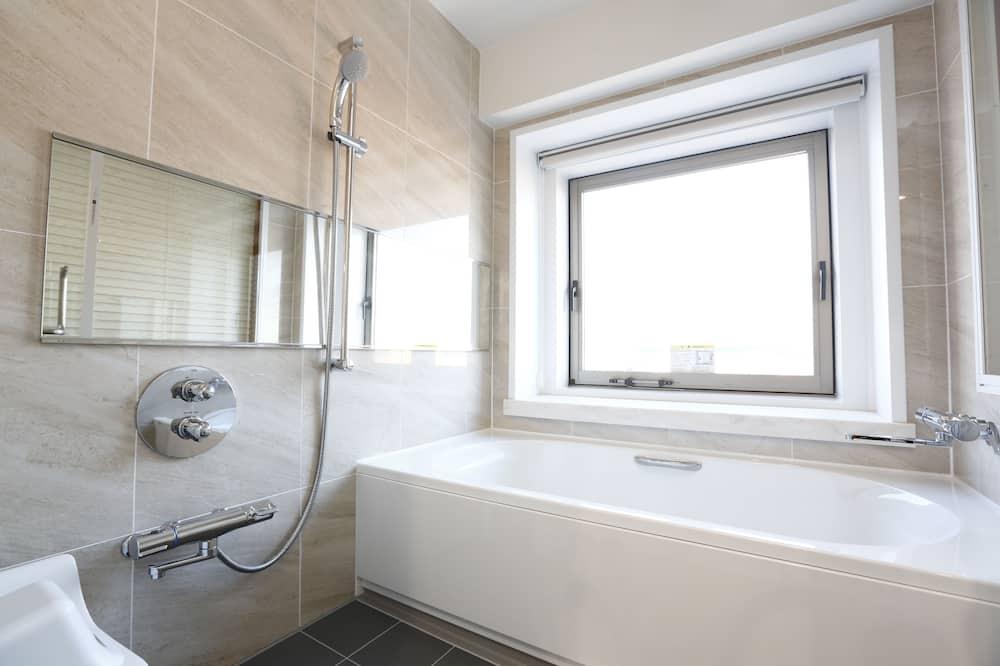 J Premium Luxury Red - Bathroom