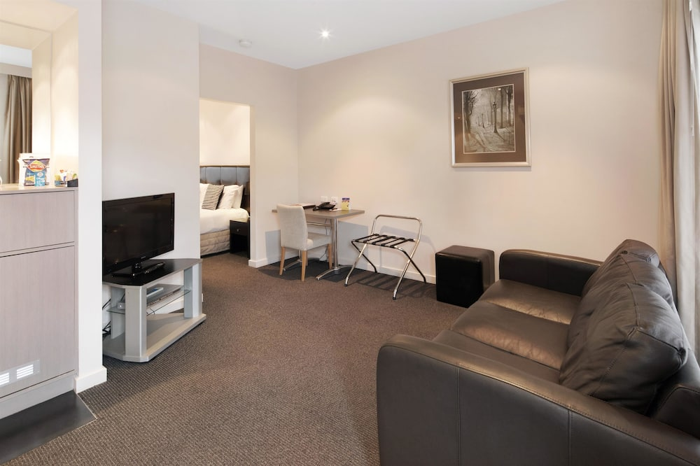 Superior Room, 1 King Bed, Non Smoking, Jetted Tub - Living Area