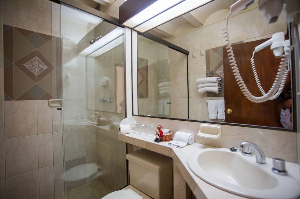 Standard - kolmen hengen huone - Kylpyhuone