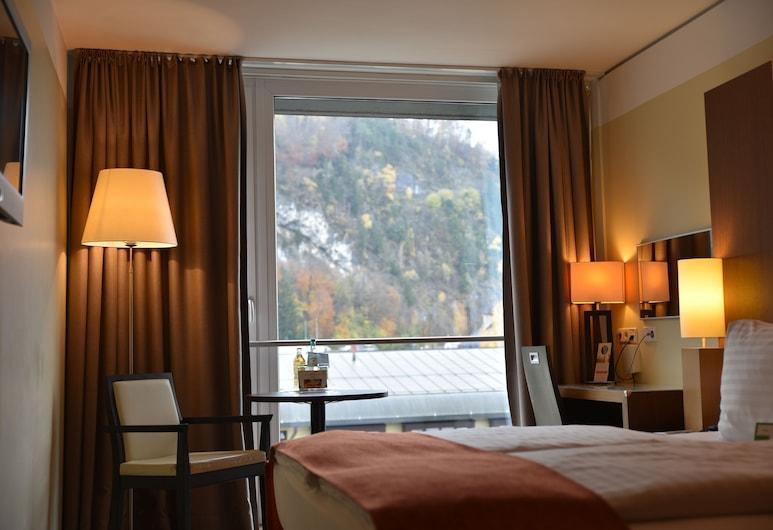 Holiday Inn Salzburg City, Salzburg, Zimmer, 1King-Bett, Nichtraucher, Bergblick, Ausblick vom Zimmer