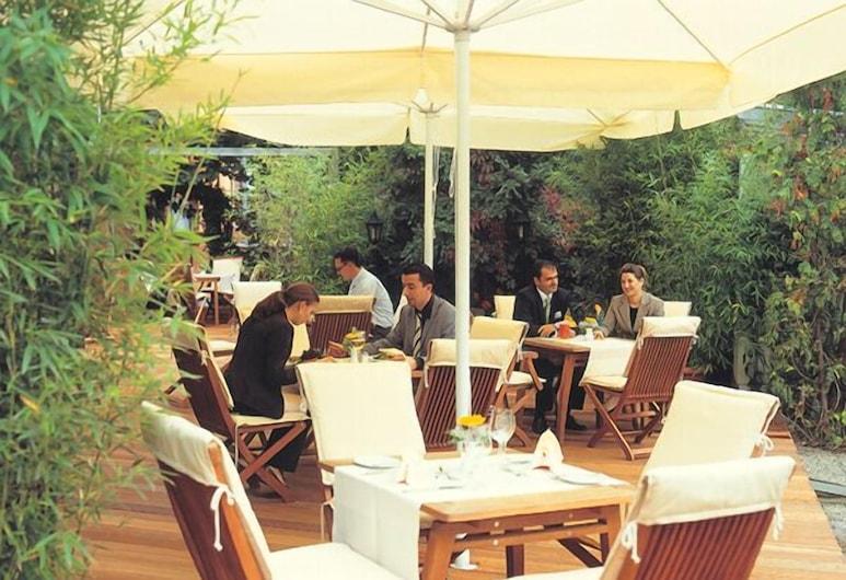 Hotel Bayerischer Hof, Erlangen, Restaurante al aire libre